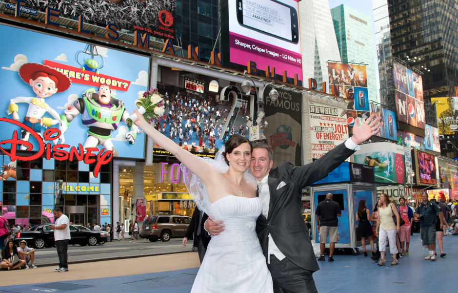 Ben Asen Celebrations Photo: Wedding with bride and groom in New York Times Square